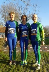 Tini Huisma, Ellt Rooda en Jan Horenga in de nieuwe clubkleding Loopgroep Nienoord
