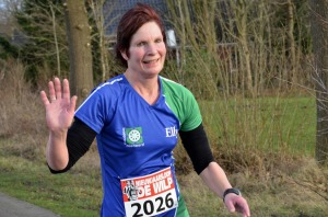 Elly Rooda, winnares halve marathon in  1:43:46